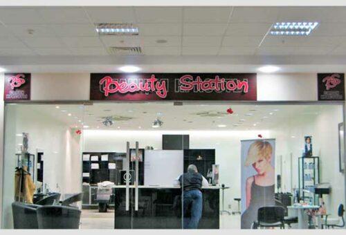 Световые объемные буквы Beauty Station  на планшете