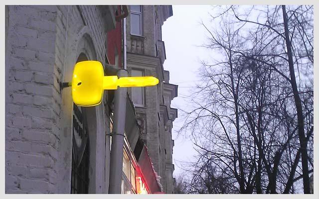 Панель-кронштейн в форме ключа
